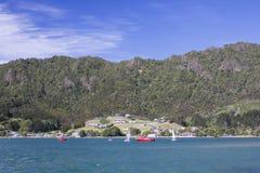 海、小船和小山 库存图片