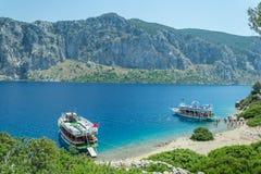 海、小船和海岛 库存图片