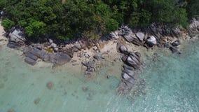 海、岩石和海岸线空中顶视图一个海滩在普吉岛 免版税库存照片