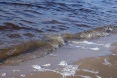 海、沿海水域、小小卵石和海浪背景 免版税库存图片