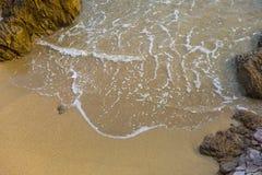 海、波浪、沙子和石头 免版税图库摄影