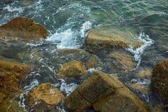 海、波浪、沙子和石头 库存照片