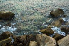 海、波浪、沙子和石头 免版税库存图片