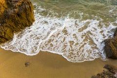 海、波浪、沙子和石头 库存图片