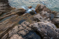 海、波浪、沙子和石头 免版税库存照片