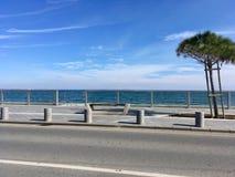 海、长凳和天空 库存照片
