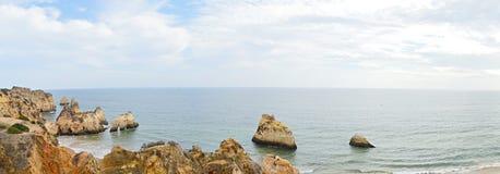 海、洞和峭壁 免版税库存图片