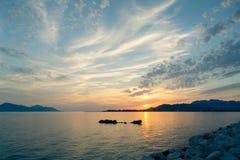 海上和山的激动人心的美好的日落风景 库存照片