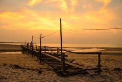 海上和日落,泰国的木桥梁 库存照片