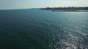 海上和海岸线,空中飞行的风船 股票视频