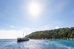 海上旅行乘在酸值Payu海岛,泰国的小船 图库摄影