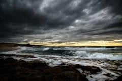 海上的一场可怕的风暴培养了波浪和包围在乌云 免版税图库摄影