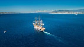 海上的一艘帆船在墨西拿海峡 库存图片