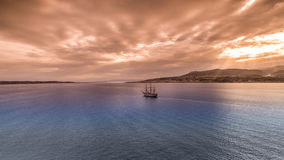 海上的一艘帆船在墨西拿海峡 库存照片