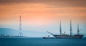 海上的一艘帆船在墨西拿海峡 免版税库存照片