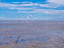 海上的低潮有蓝天的 免版税库存图片