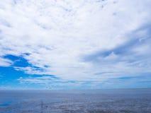 海上的低潮有蓝天的 库存照片