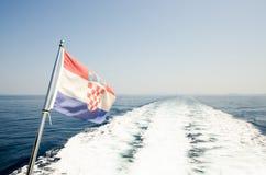 海上的克罗地亚旗子 免版税图库摄影