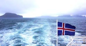 海上的冰岛旗子 免版税库存照片