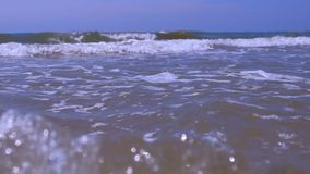 海上的大风雨如磐的滚动的卷毛波浪在与清楚的天空的好日子 股票视频