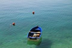 海上的小渔船 免版税图库摄影