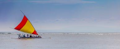 海上的小船航行 免版税库存照片