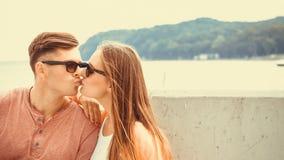 海上的微笑的夫妇 免版税库存照片