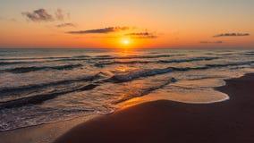 海上的惊人的五颜六色的日出 免版税图库摄影
