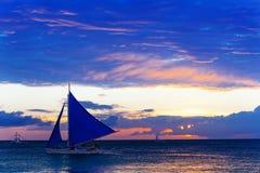 海上的惊人的日落 风船 库存图片