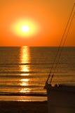 海上的日出有小船剪影的 图库摄影