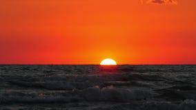 海上的日落在风暴期间 鸟飞行在海1 免版税库存图片