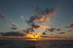 海上的日落日出 免版税库存照片