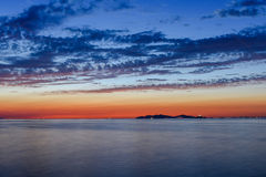 海上的日落有美丽的天空的 免版税库存照片