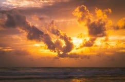 海上的火热的金黄日落 库存照片