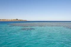 海上的热带珊瑚礁 库存图片