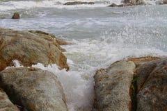 海上的石头 免版税库存照片