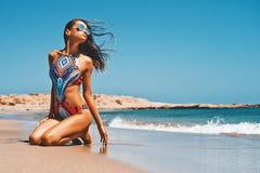 海上的美丽的愉快的苗条妇女 免版税图库摄影