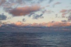 海上的美丽的黄昏云彩 免版税库存图片