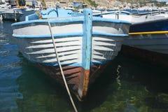 海上的老小船 免版税库存照片
