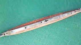 海上的老生锈的潜水艇