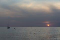 海上的船在日落期间 图库摄影