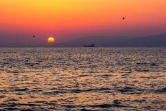 海上的船在美好的日落期间 库存图片
