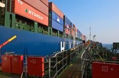 海上的Bunkering巨大的集装箱船现代公司 不冻港海湾 东部(日本)海 19 04 2014年 免版税库存照片