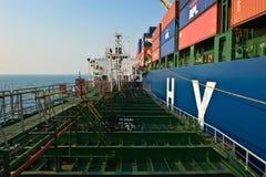 海上的Bunkering巨大的集装箱船现代公司 不冻港海湾 东部(日本)海 19 04 2014年 免版税图库摄影