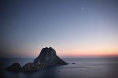 海上的Ibizan日落有在深蓝天空的新月形月亮的 免版税库存图片