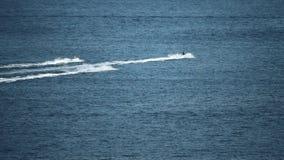 海上,慢动作射击的三个遥远的喷气机滑雪车手 股票视频