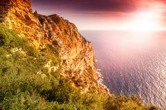 海上,法国海滨, Calanque的明亮的美好的日落 免版税库存图片