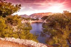 海上,法国海滨, Calanque的明亮的美好的日落 免版税库存照片