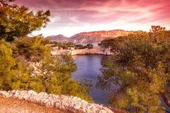 海上,法国海滨, Calanque的明亮的美好的日落 图库摄影