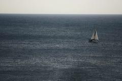 海上, Llafranc,卡塔龙尼亚,西班牙的风船 库存照片